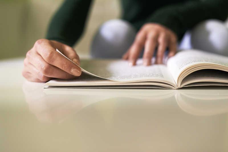 在家学习的女孩