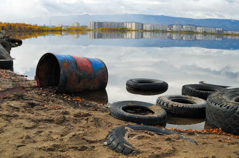 海岸线上都是废弃的垃圾