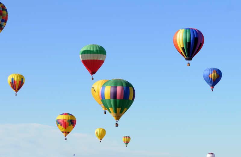 蓝色的天空中的彩色的热气球