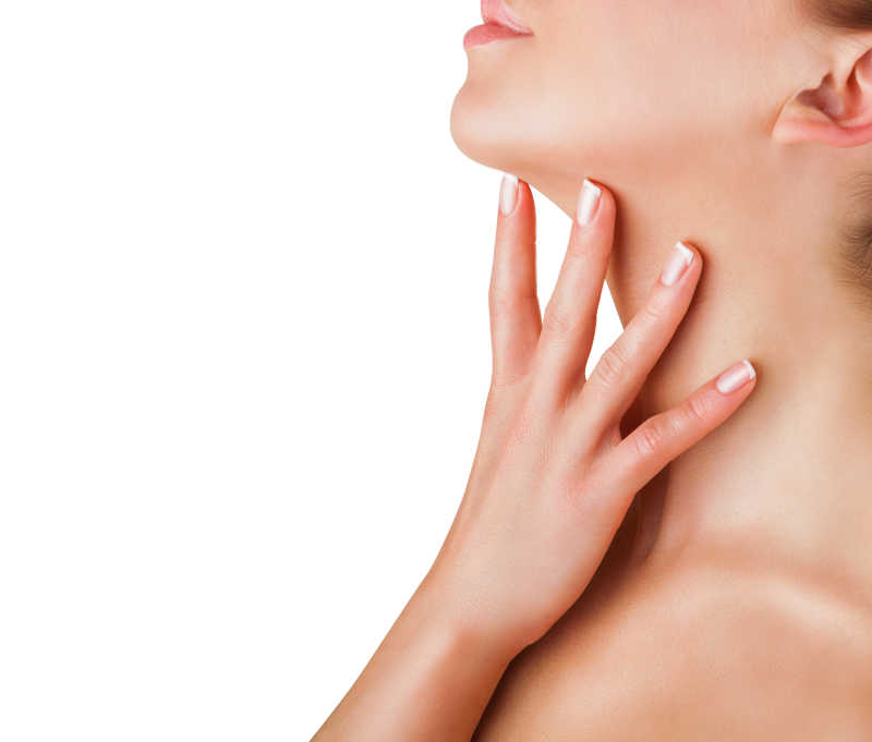 白色背景下女人用手抚摸自己的脖子