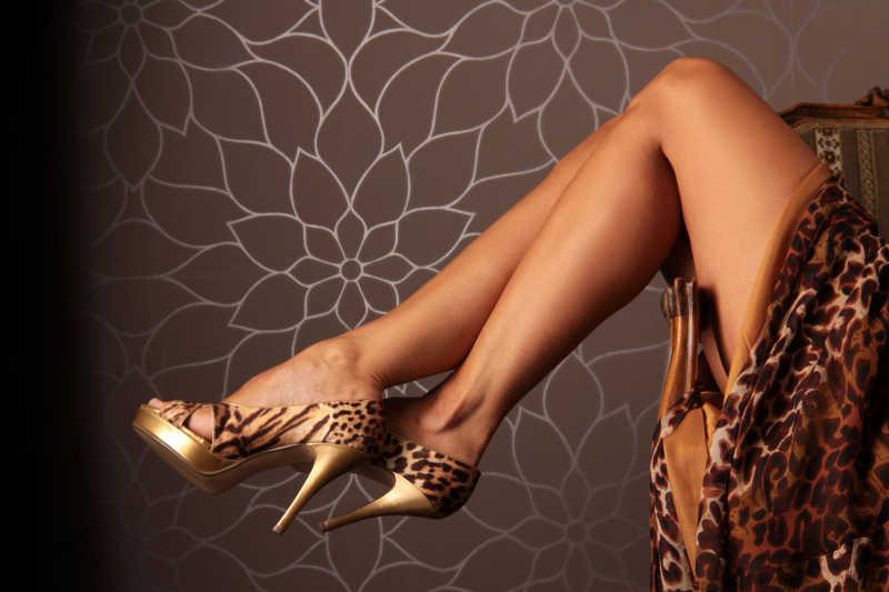 穿着豹纹衣服的美女腿和高跟鞋特写