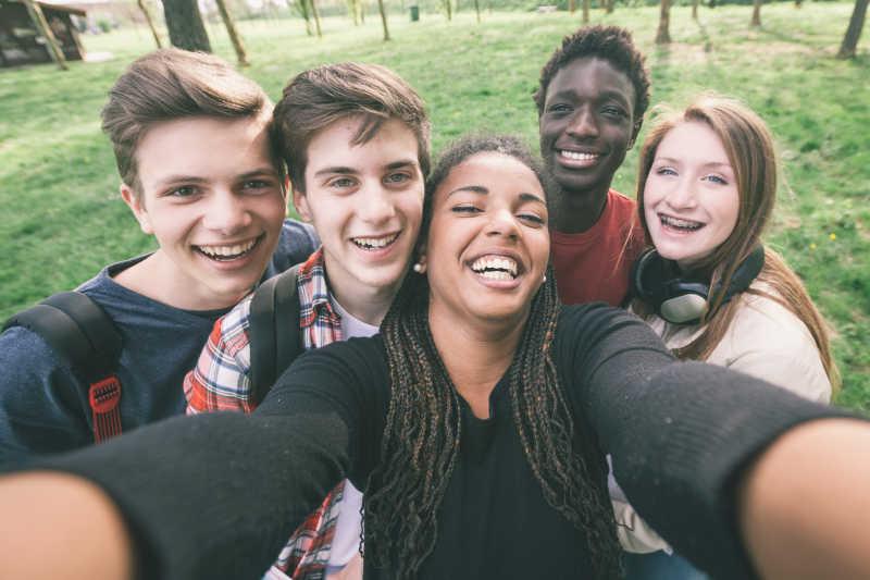 快乐的黑人和白人年轻人