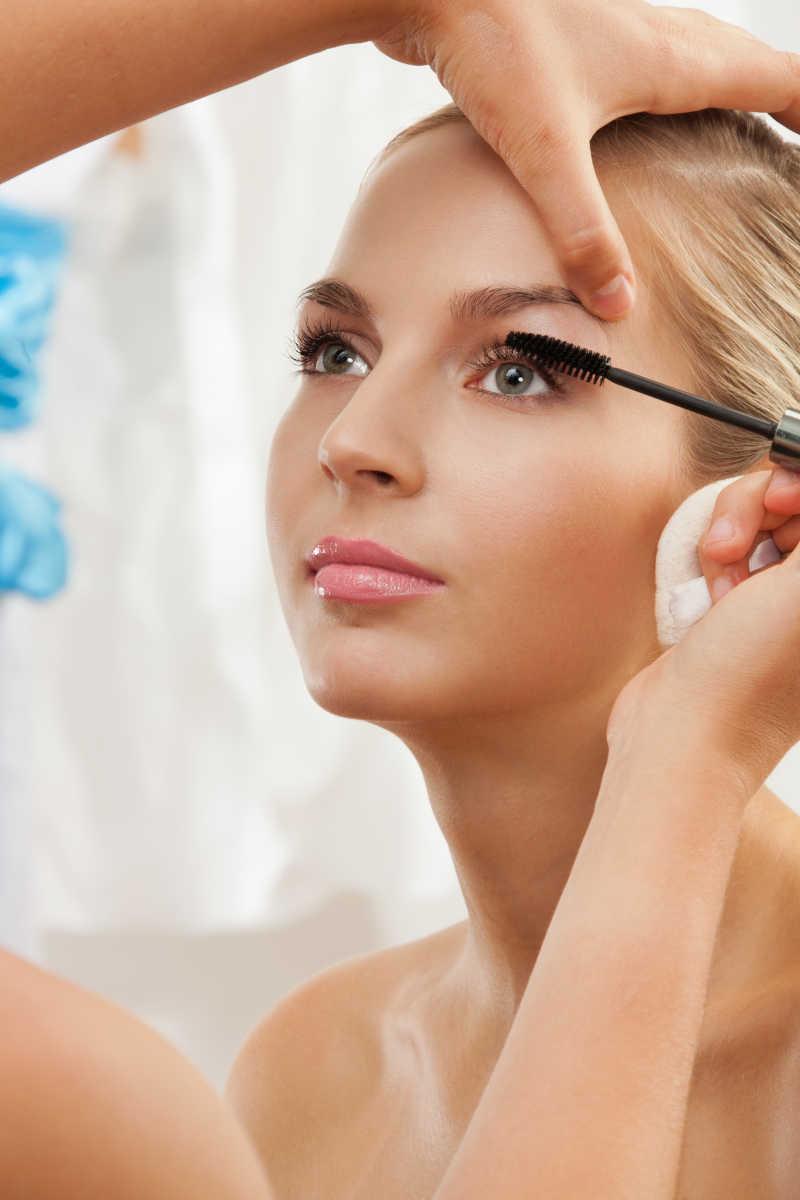 化妆师用睫毛膏刷为美女化妆