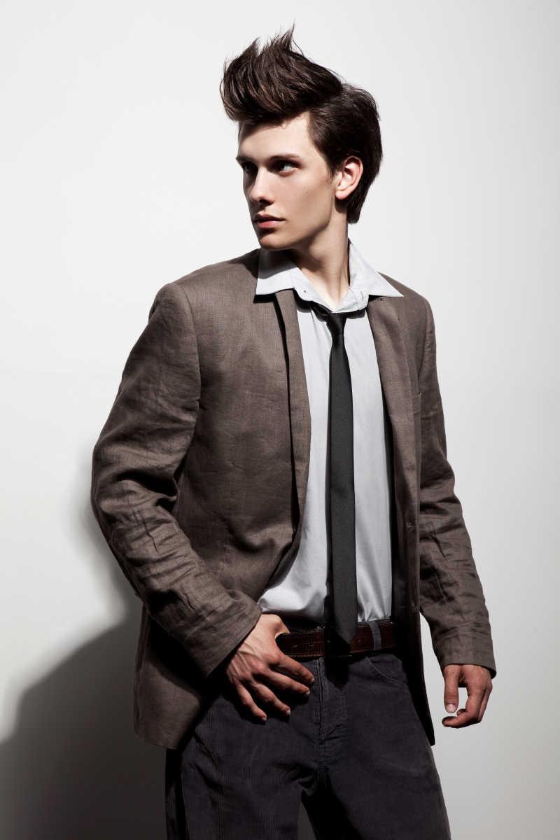 穿西装夹克的时髦男人