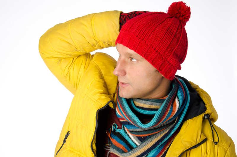 戴着红色帽子穿着黄色棉衣的男子