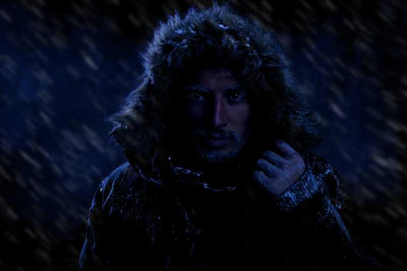 在寒冷的天气的男人