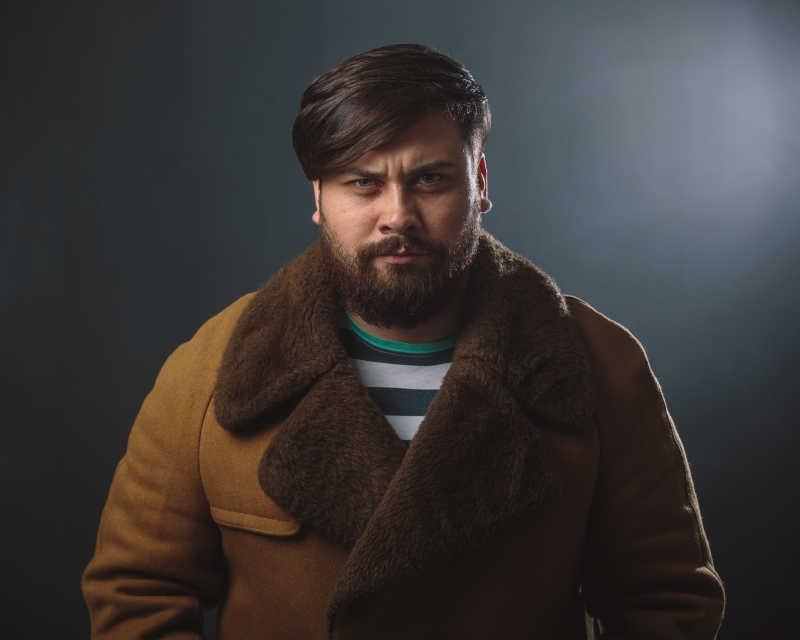 穿着毛皮大衣的人