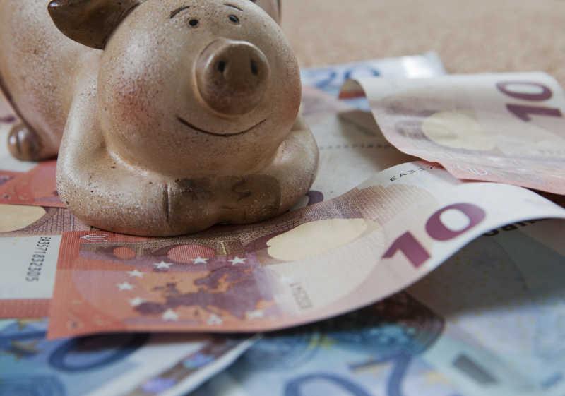 欧元纸币上的存钱罐