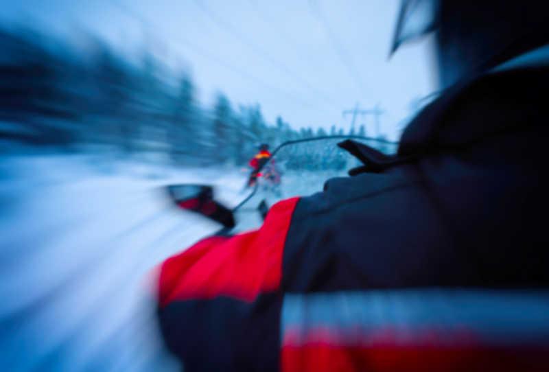 正在疾驰的电动雪橇
