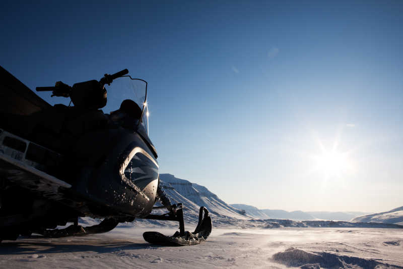 冰面上的电动雪橇