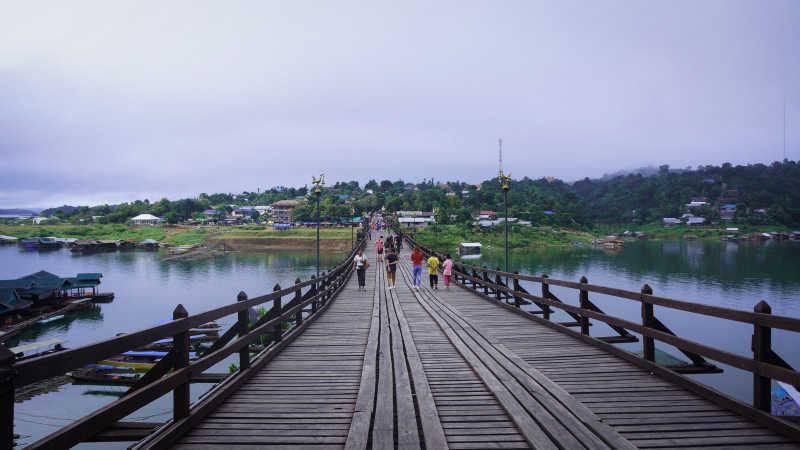 水面上的桥梁美景
