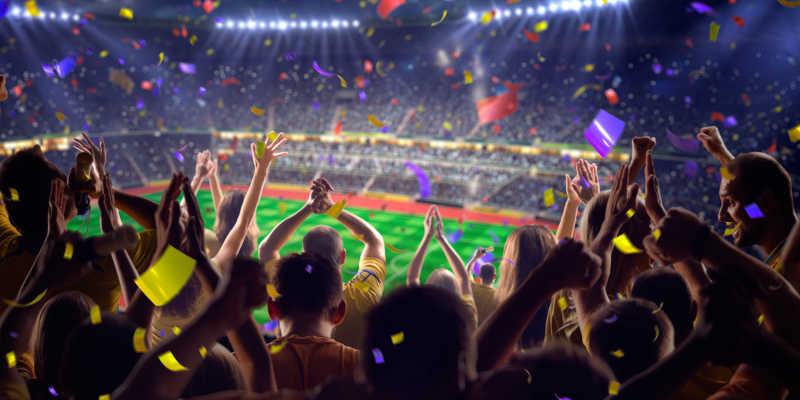 足球场里球迷欢呼的镜头
