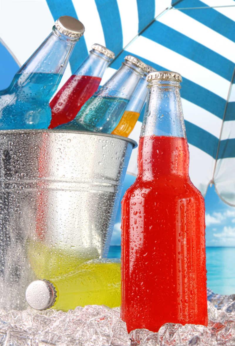 海滩上的冰镇饮料