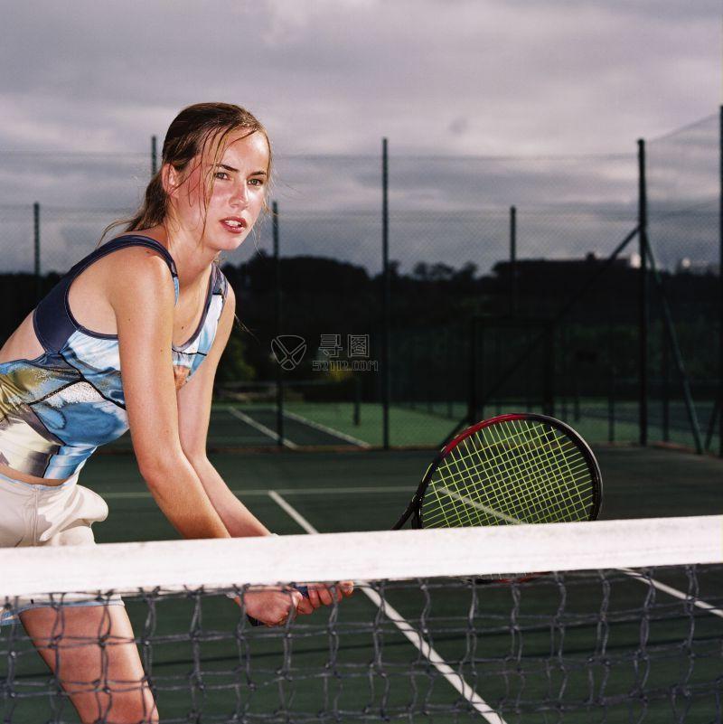 场上的女网球运动员