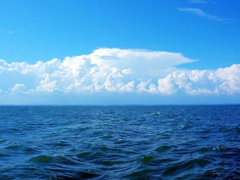 蓝天下的海面