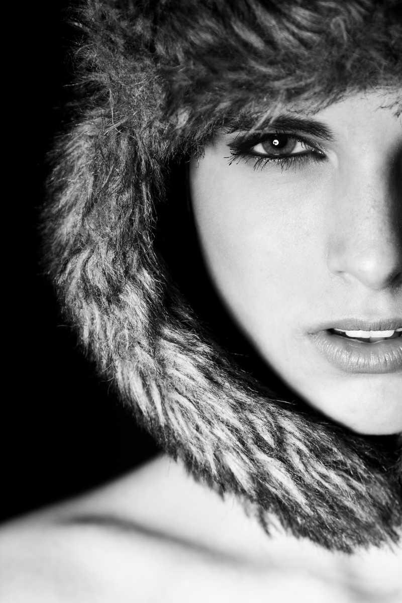 带着帽子的美女黑白肖像