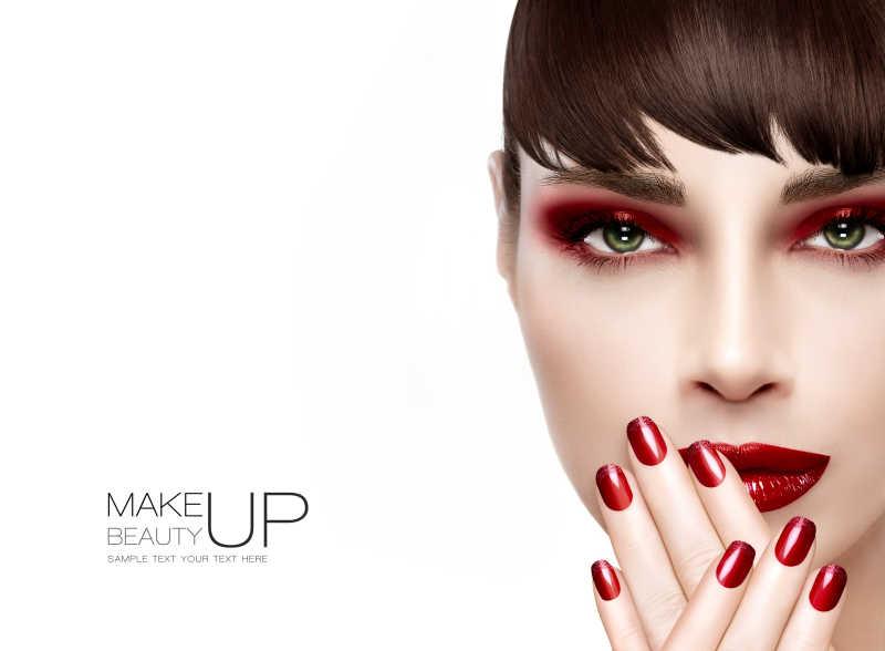 红色系妆容与美甲
