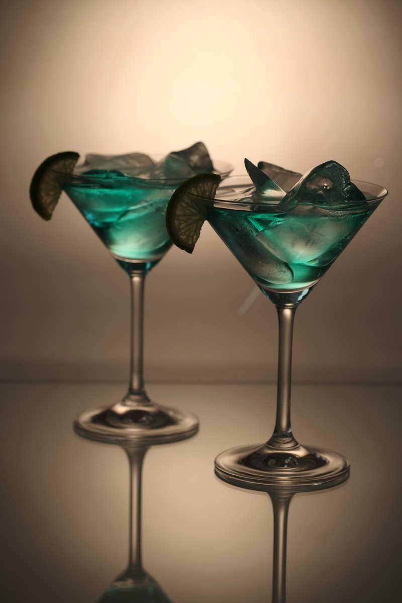 两杯绿色的鸡尾酒