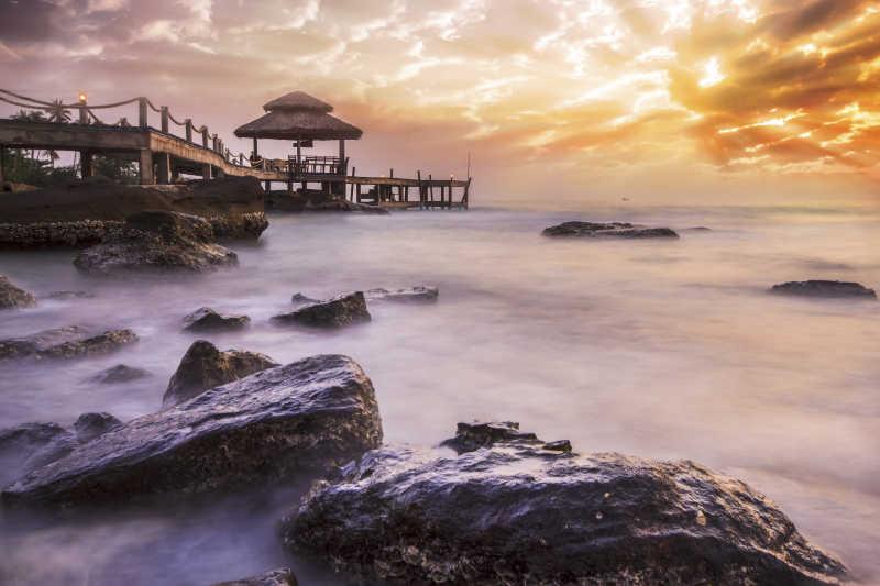 黄昏下的岩石海水和码头