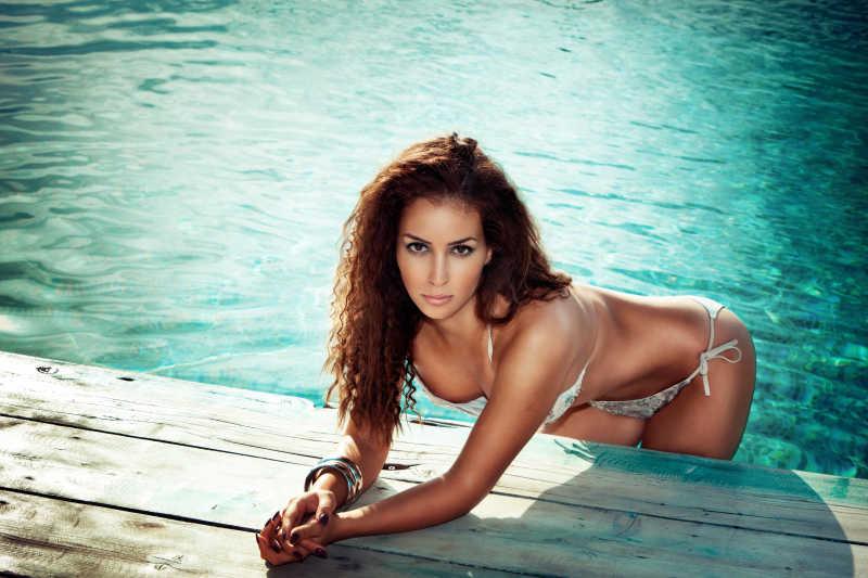 游泳的比基尼美女