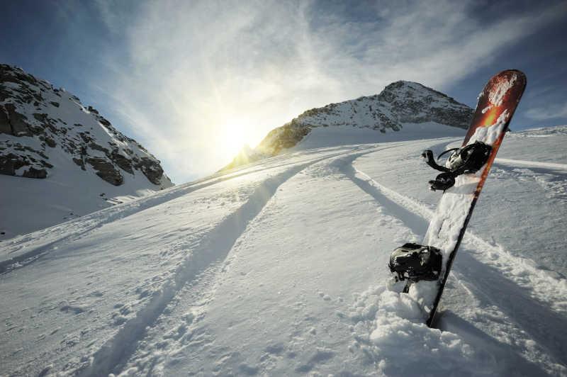 在高山滑雪的滑雪板