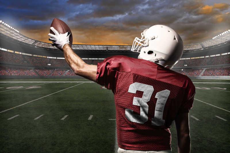 球场上穿着红色运动服的橄榄球运动员