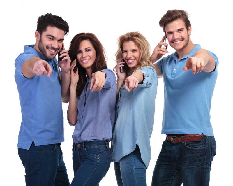 边接电话边做手势的年轻人团队