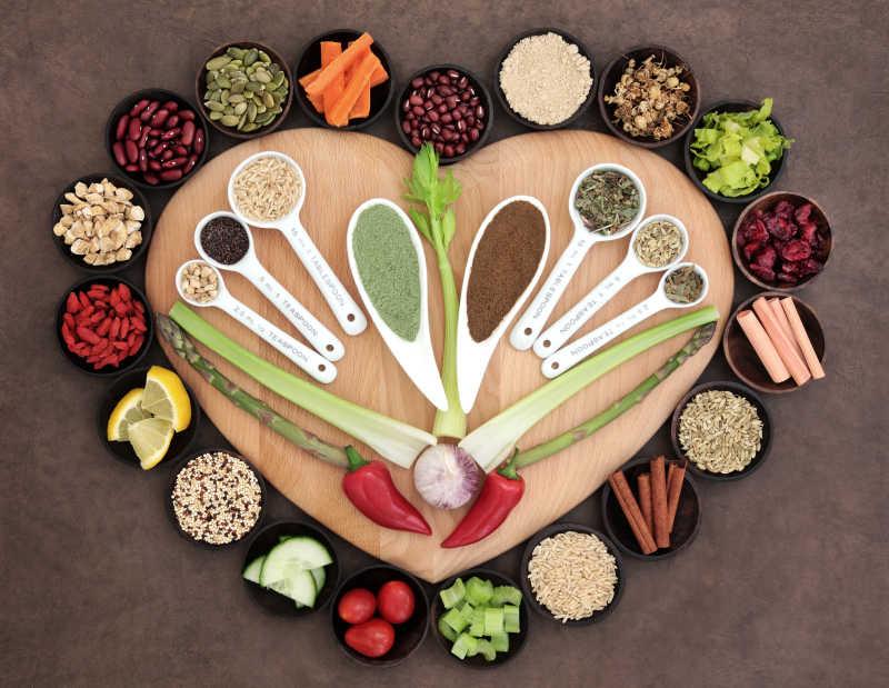 在木碗大的心脏健康的超级食物的选择和量匙