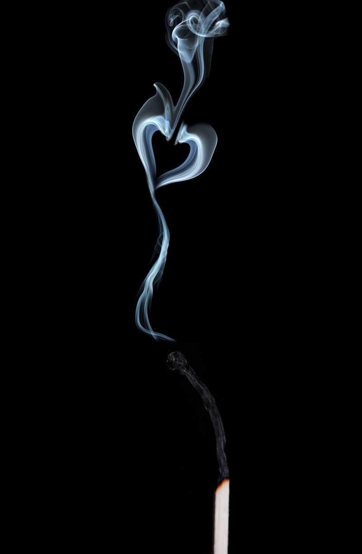 黑色背景下吸烟的状态