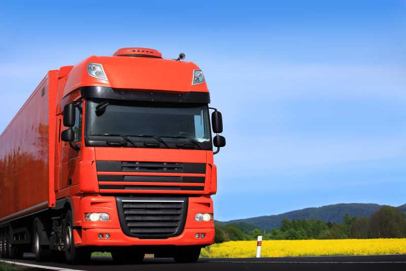 红色货运卡车