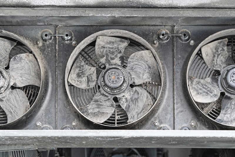 覆盖灰尘的工业冷却风扇