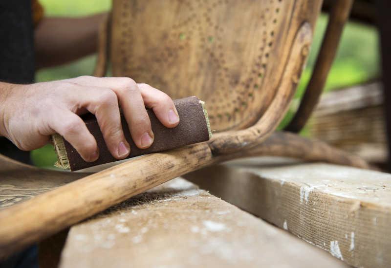 用砂纸打磨木质的家具