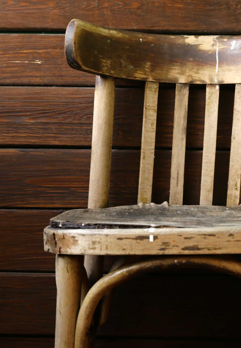 木质背景下的老旧的椅子