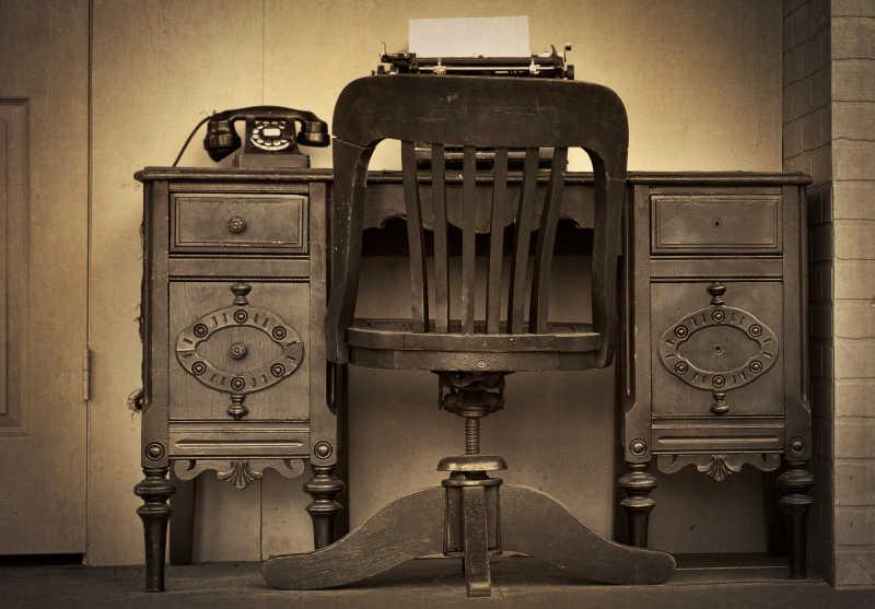 老式的装有旋转拨号电话的古董桌椅