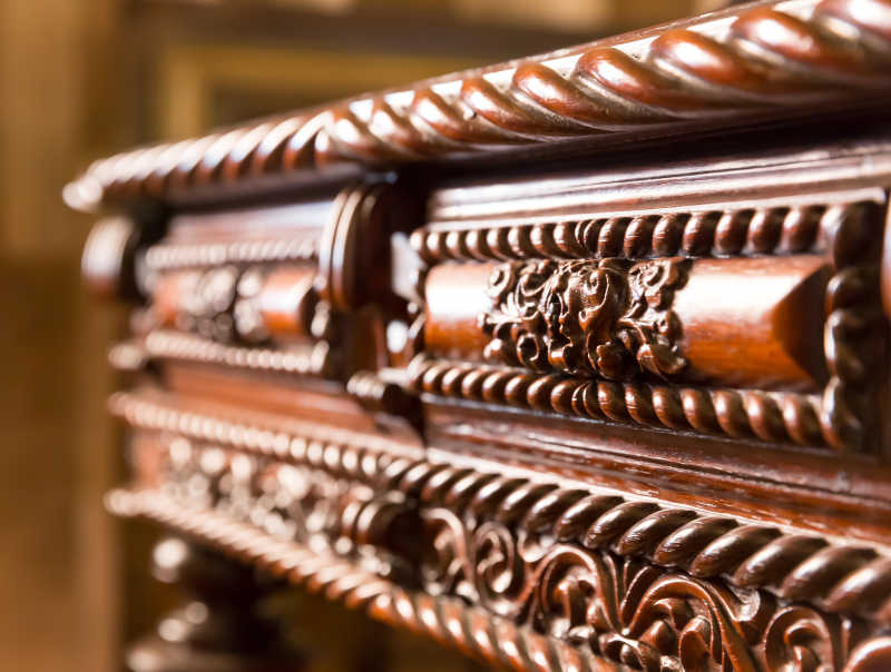 木桌上雕刻的花纹特写