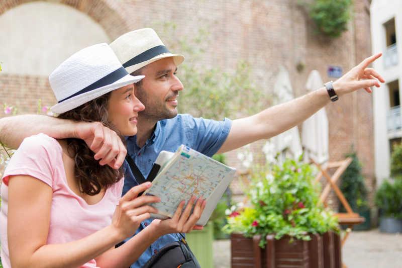 城市旅游的年轻夫妇