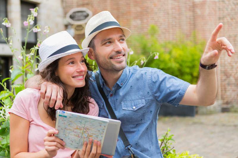 参观城市风景的年轻夫妇