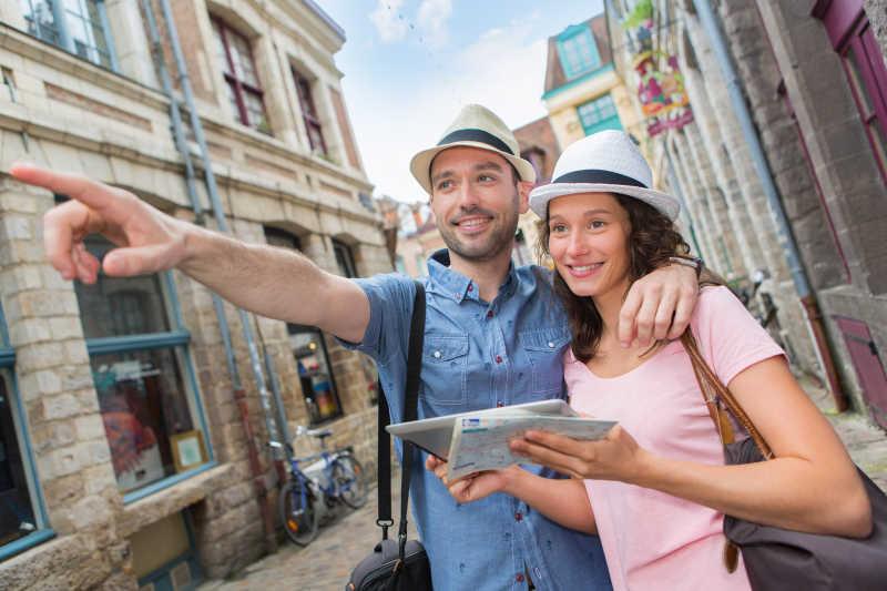 参观游览城市的年轻夫妇