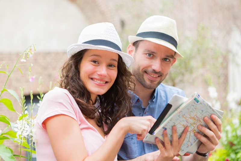 寻找城市路线的游客
