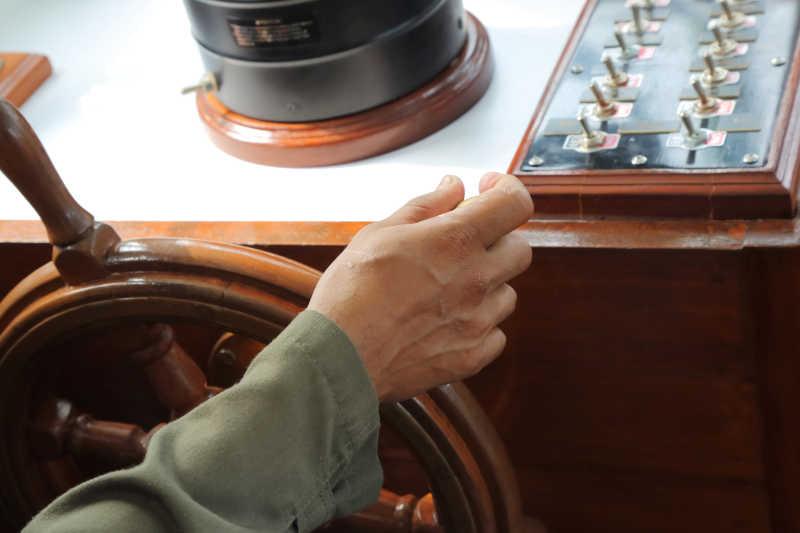 男人的手紧紧抓住方向盘