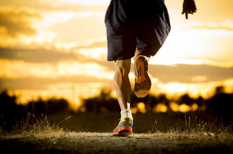 年轻人在夏日日落中跑步