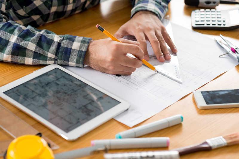 建筑师正在手绘图纸