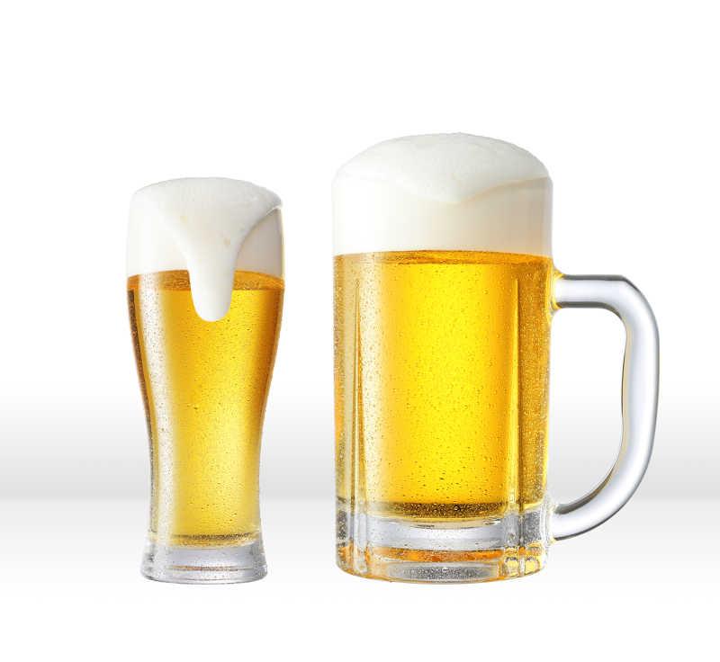 两杯啤酒在白色背景下