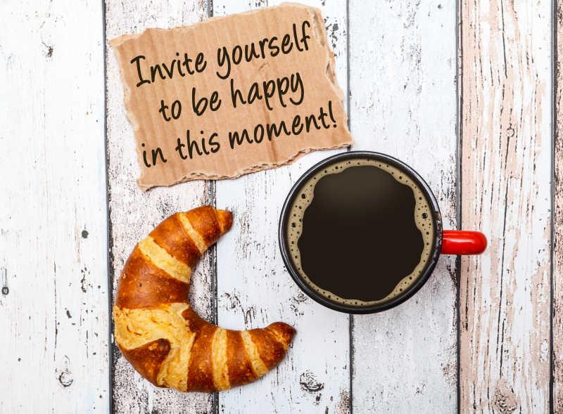 木桌上的早餐牛角包和咖啡