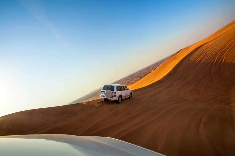 越野车的沙漠之旅
