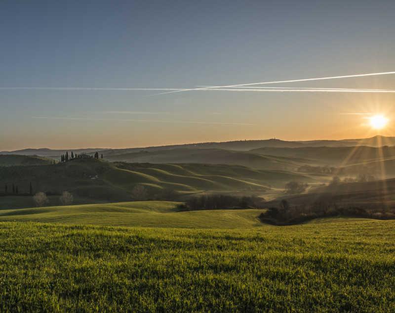 夕阳下广阔的田野风光