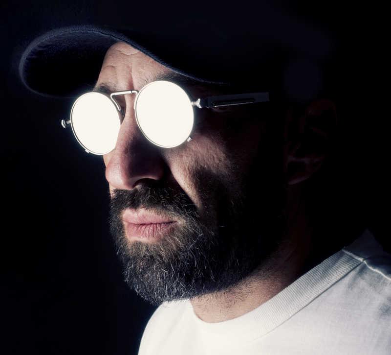 戴着太阳镜的有胡子的男子