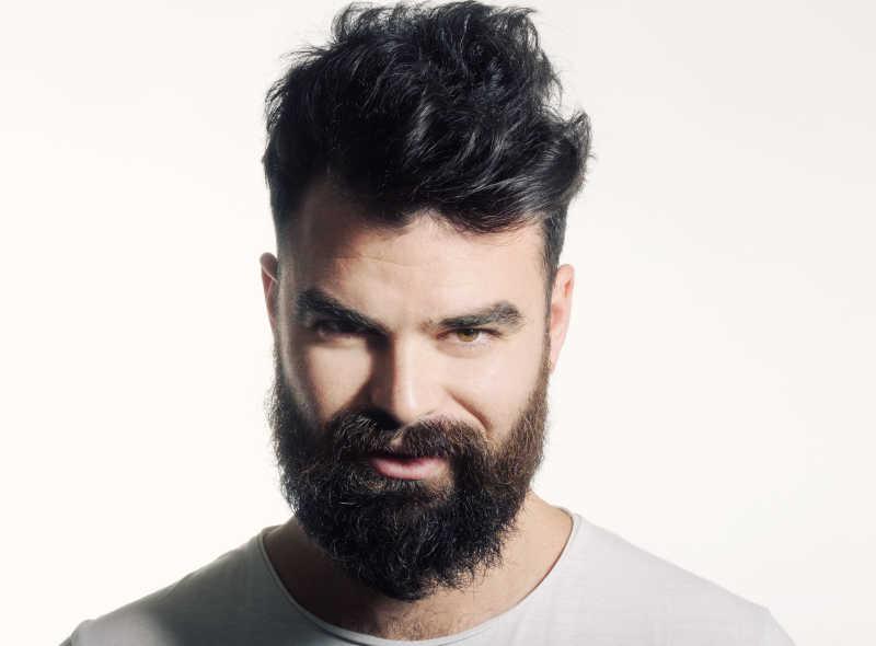 有胡子的男子脸部特征