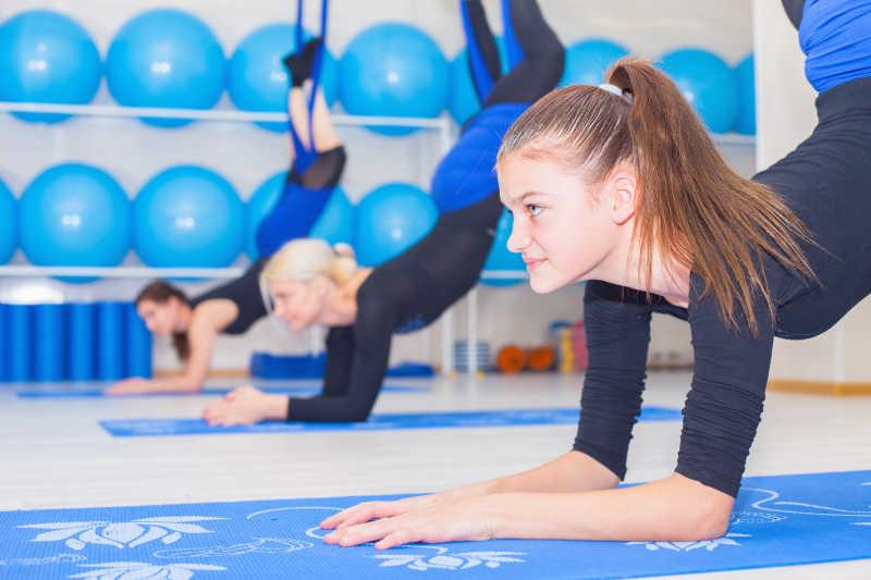女子做空中瑜伽练习