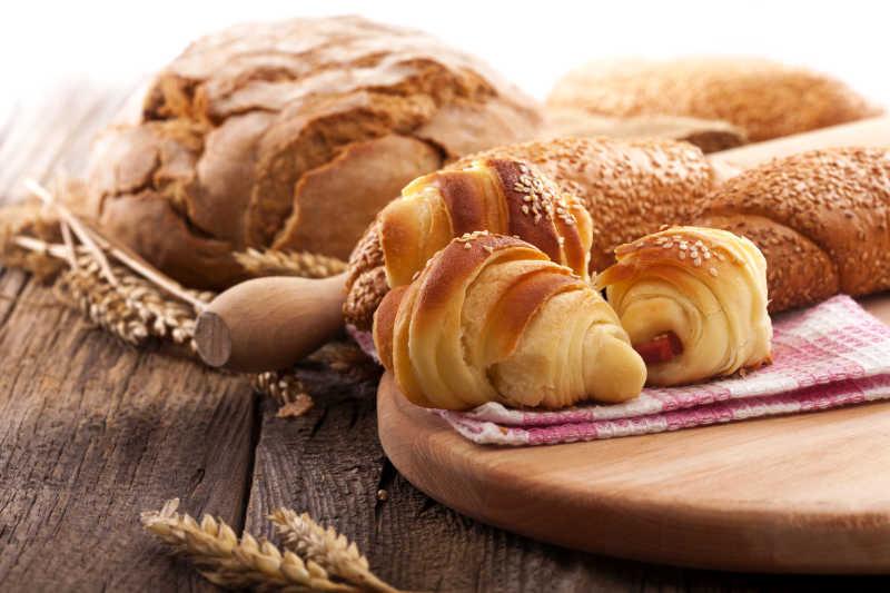 木板上的面包和麦穗
